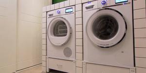 Meubel voor de wasmachine en droger aansluiten