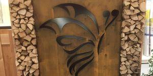 Haardhoutopslag van imitatie corten-staal