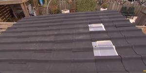 Dakbedekking schuin dak van schuur + doorzichtig deel voor daglicht