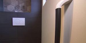 Wandbeugel voor de toilet plaatsen
