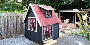 Vader maakt tuinhuisje voor dochter Femke