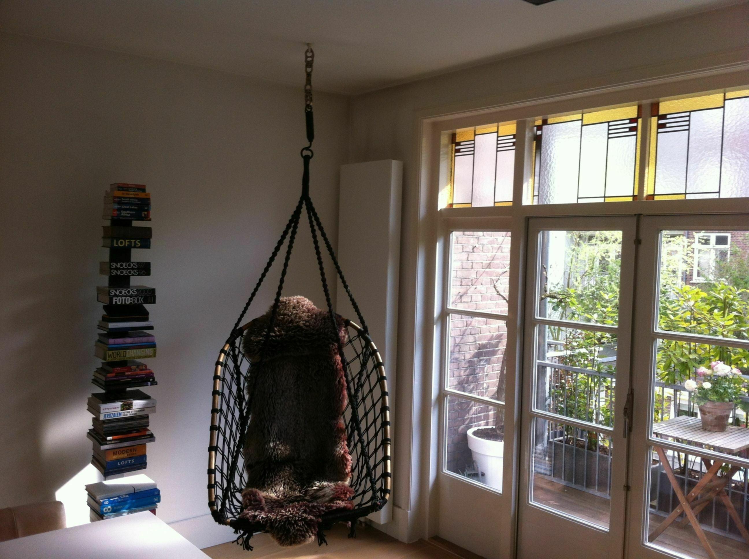 Hangstoel in de woonkamer   voordemakers.nl