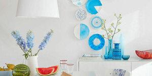 Decoratieve borden aan de muur