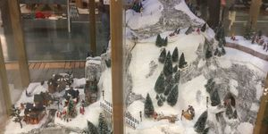 Sneeuwberg met kerstdorp