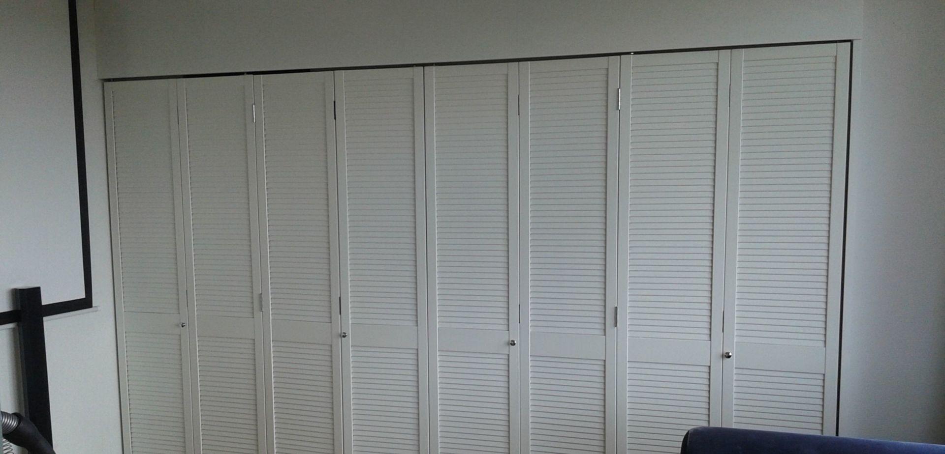 Nieuw inloopkast met louvre vouwdeuren | voordemakers.nl PB-26