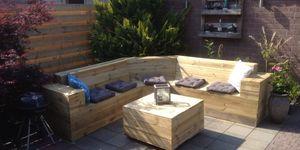 Loungebank en tafel van schuttingplanken