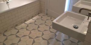 Tegel patroon in badkamervloer
