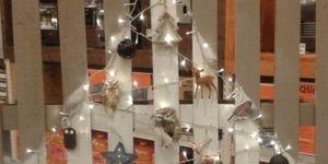 Alternatieve kerstboom van een oude pallet