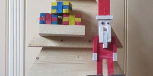 Kerstman van houten stukjes.