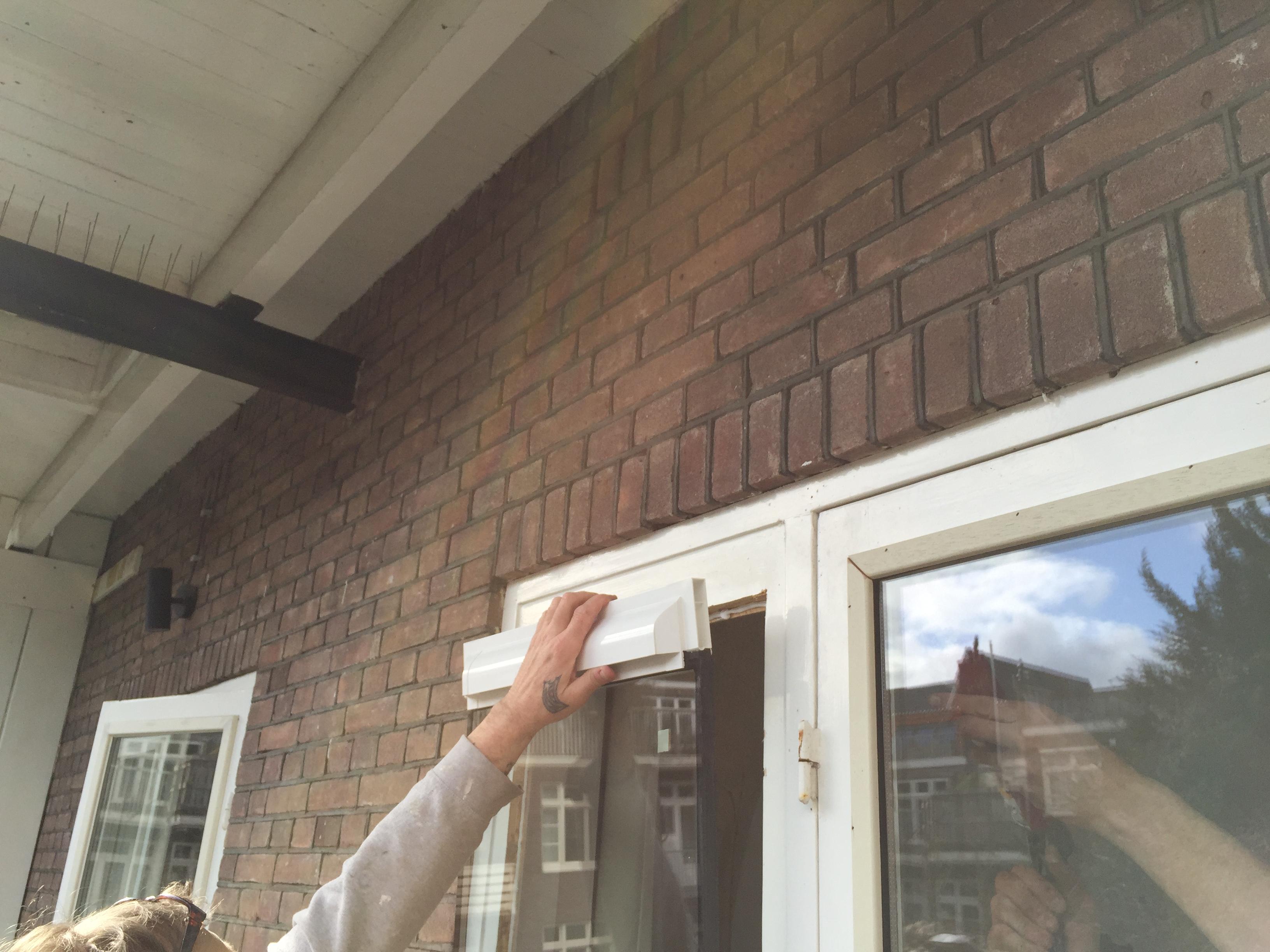 Ventilatie Badkamer Muur : Ventilatierooster in raam tip voordemakers