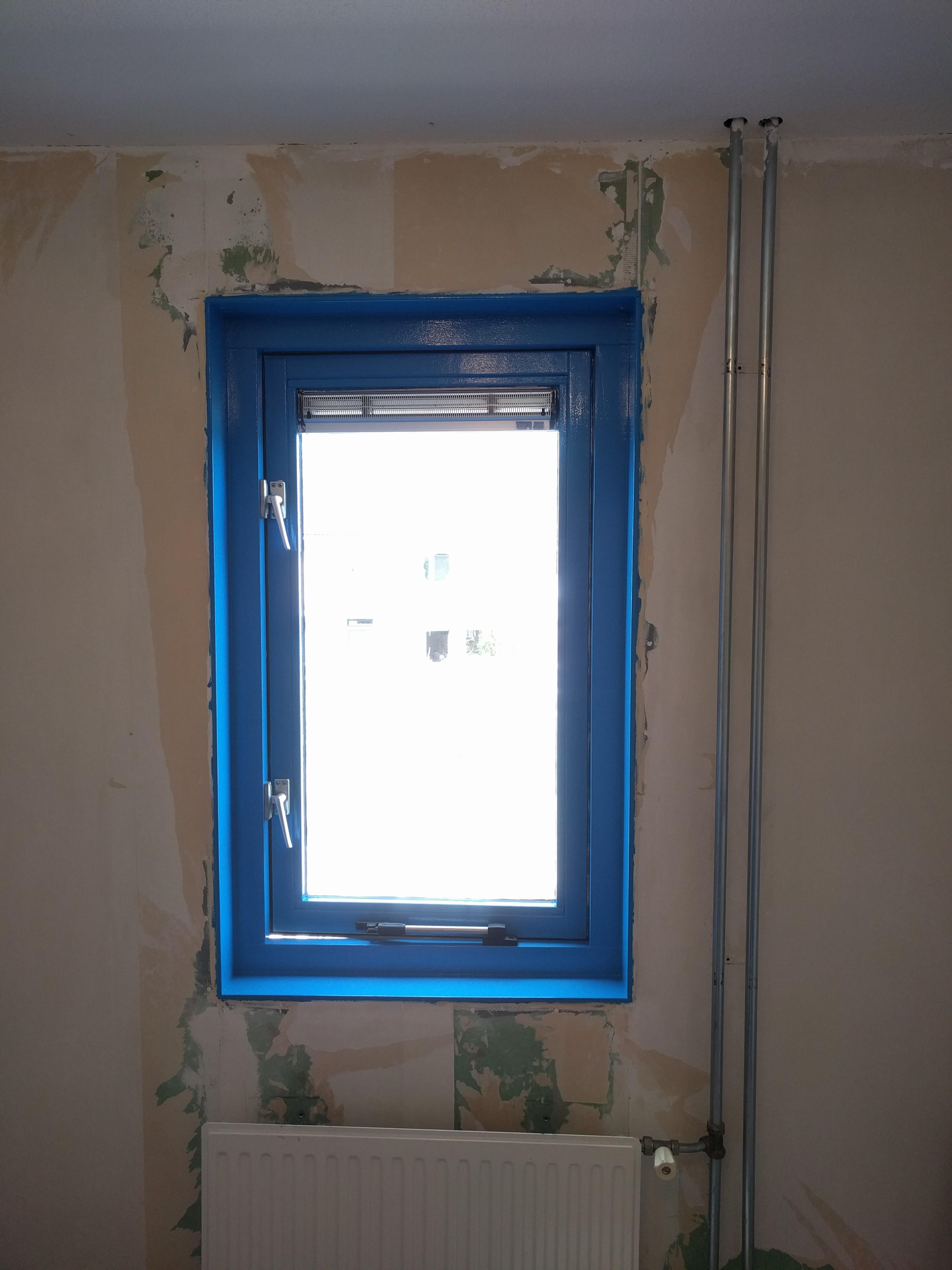 raam gaat naar buiten open en wij willen gordijn ophangen tussen blauw kozijn alvast bedankt arjen wullems 062e
