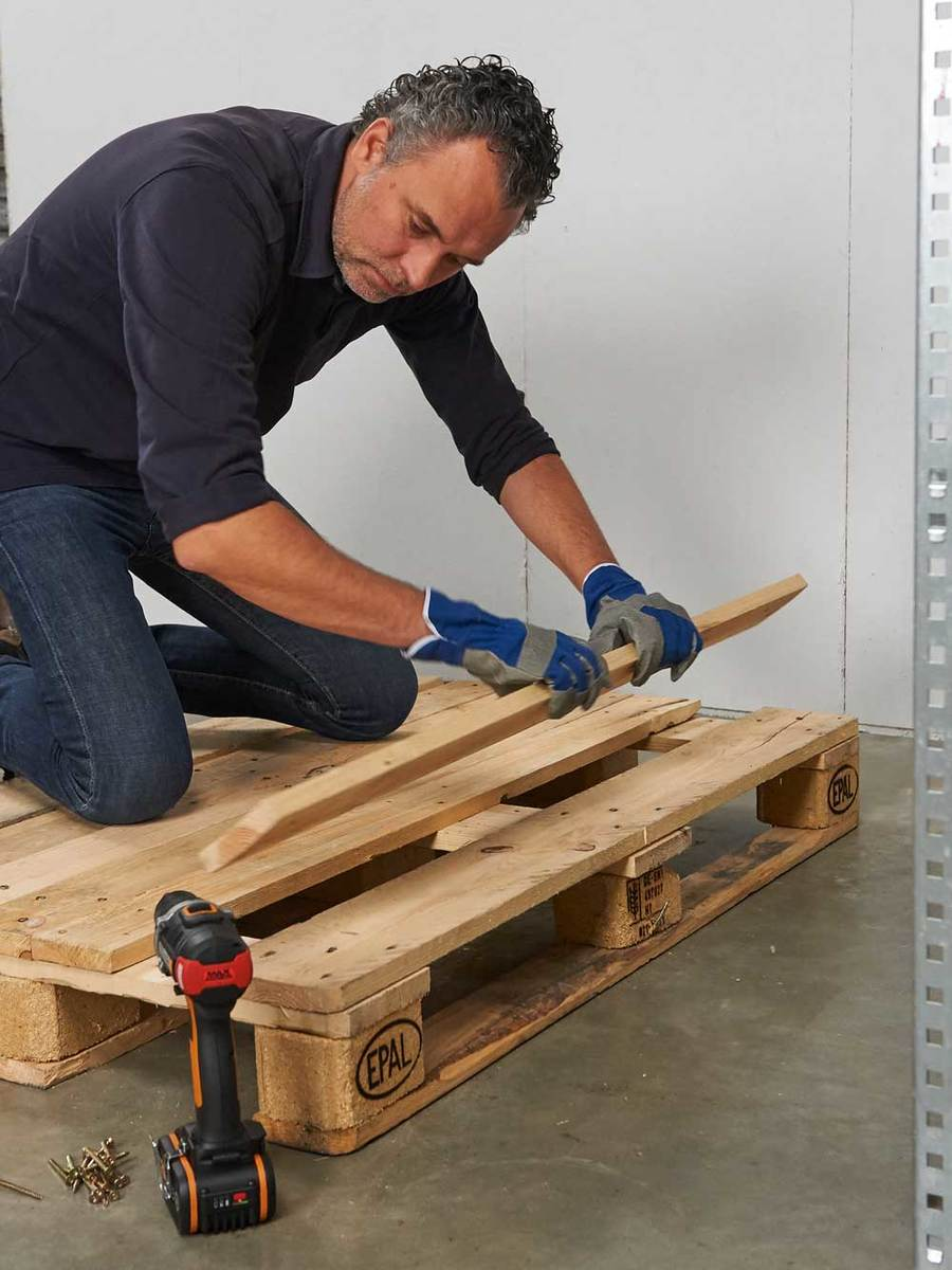 Loungebank en tafel met pallets maken for Pallet tafel zelf maken