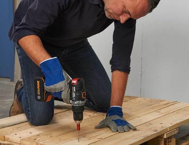 Loungebank en tafel met pallets maken voordemakers.nl