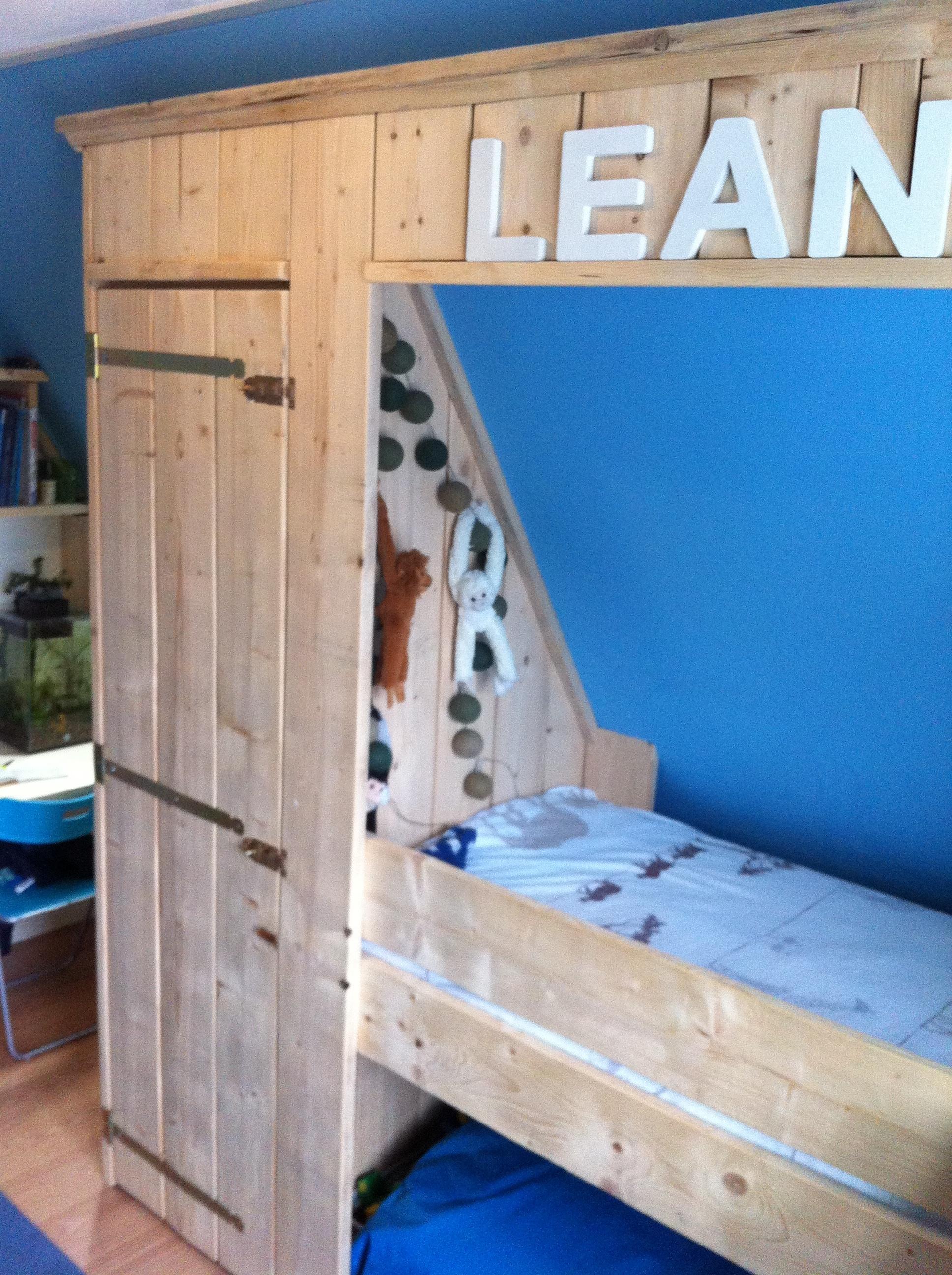 Steigerhouten kinderbed onder schuin dak for Bed van steigerhout maken