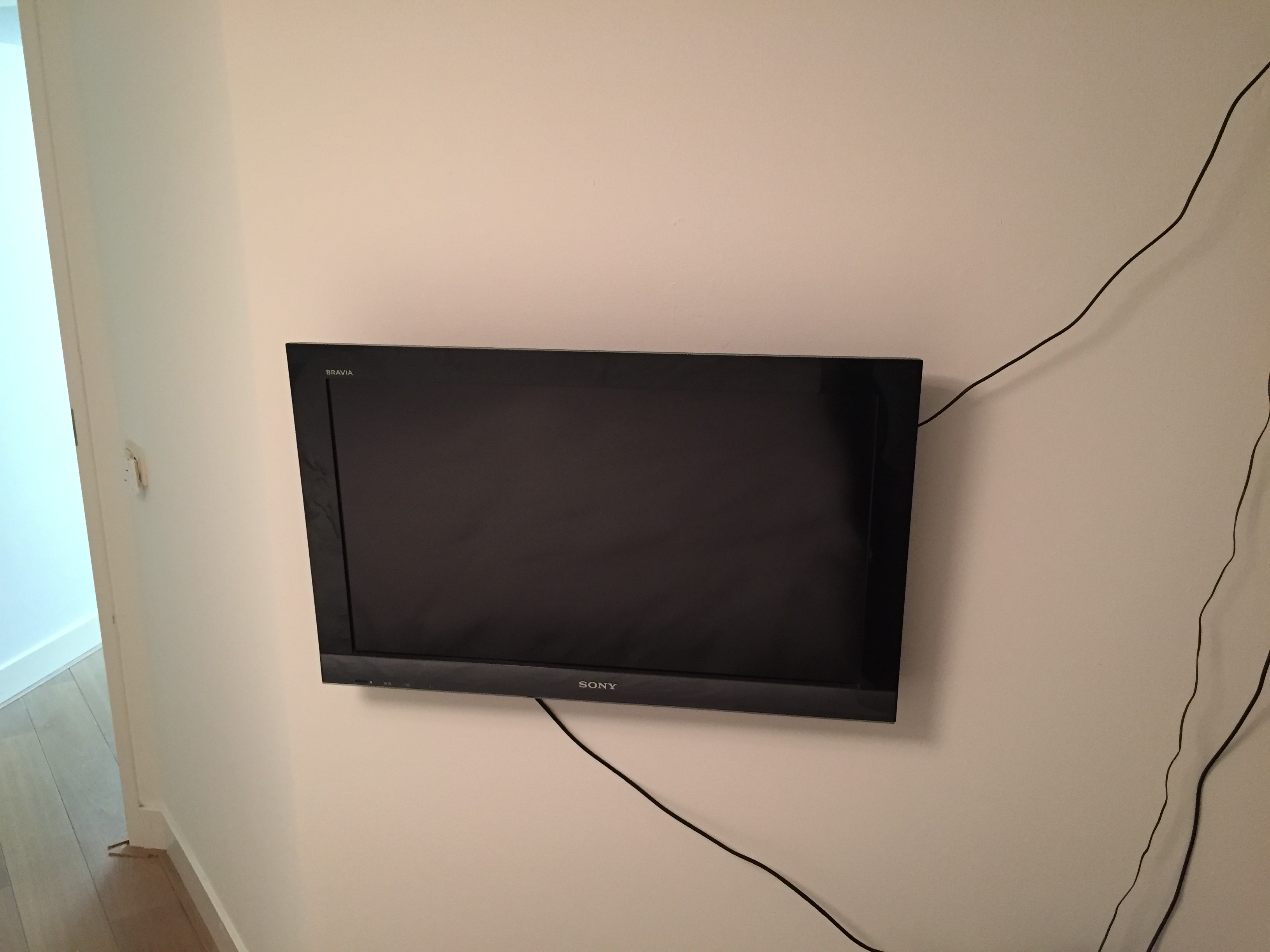 Tv aan de muur met muurbeugel voordemakers