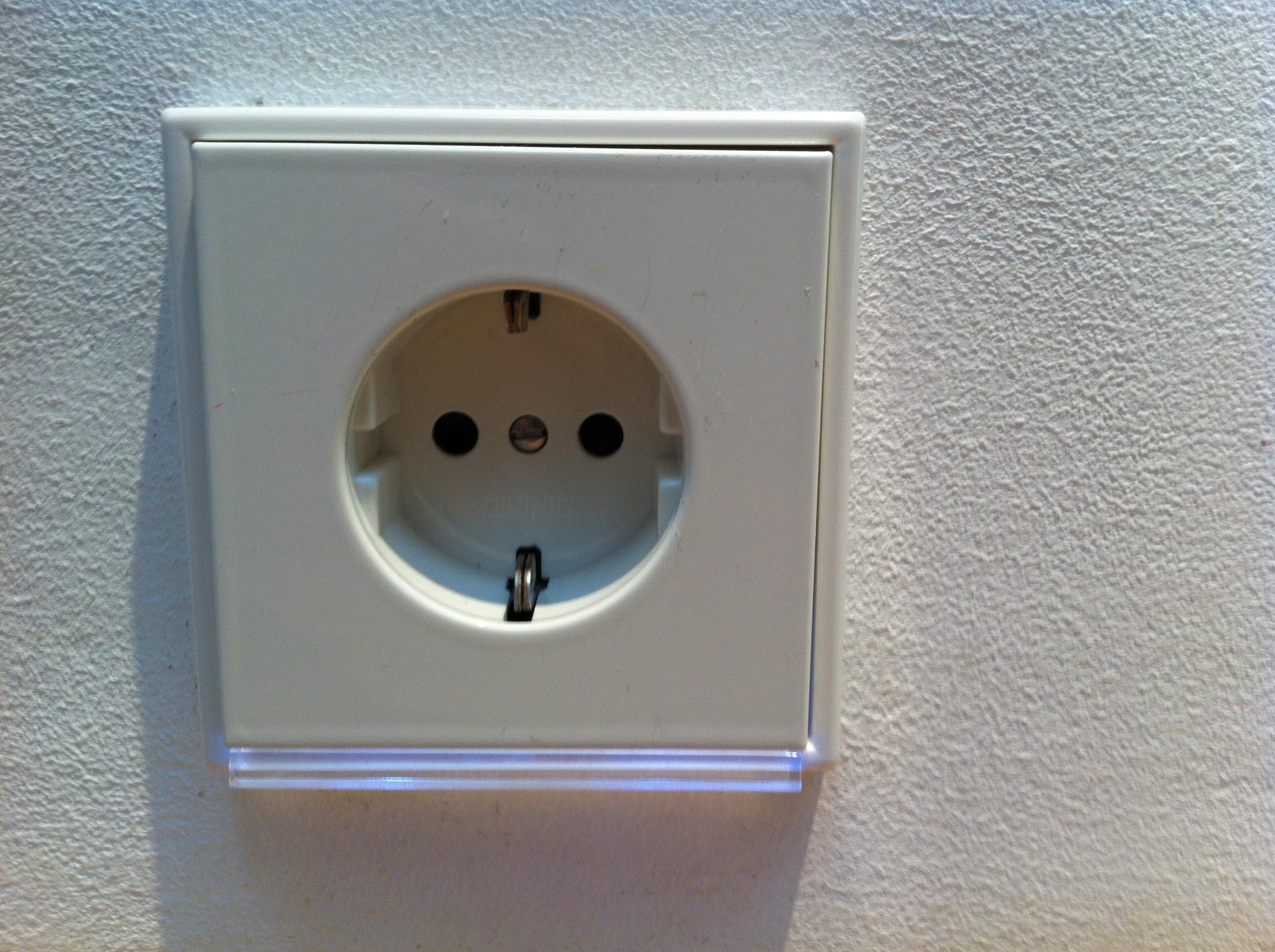 Stopcontact met LED verlichting   voordemakers.nl