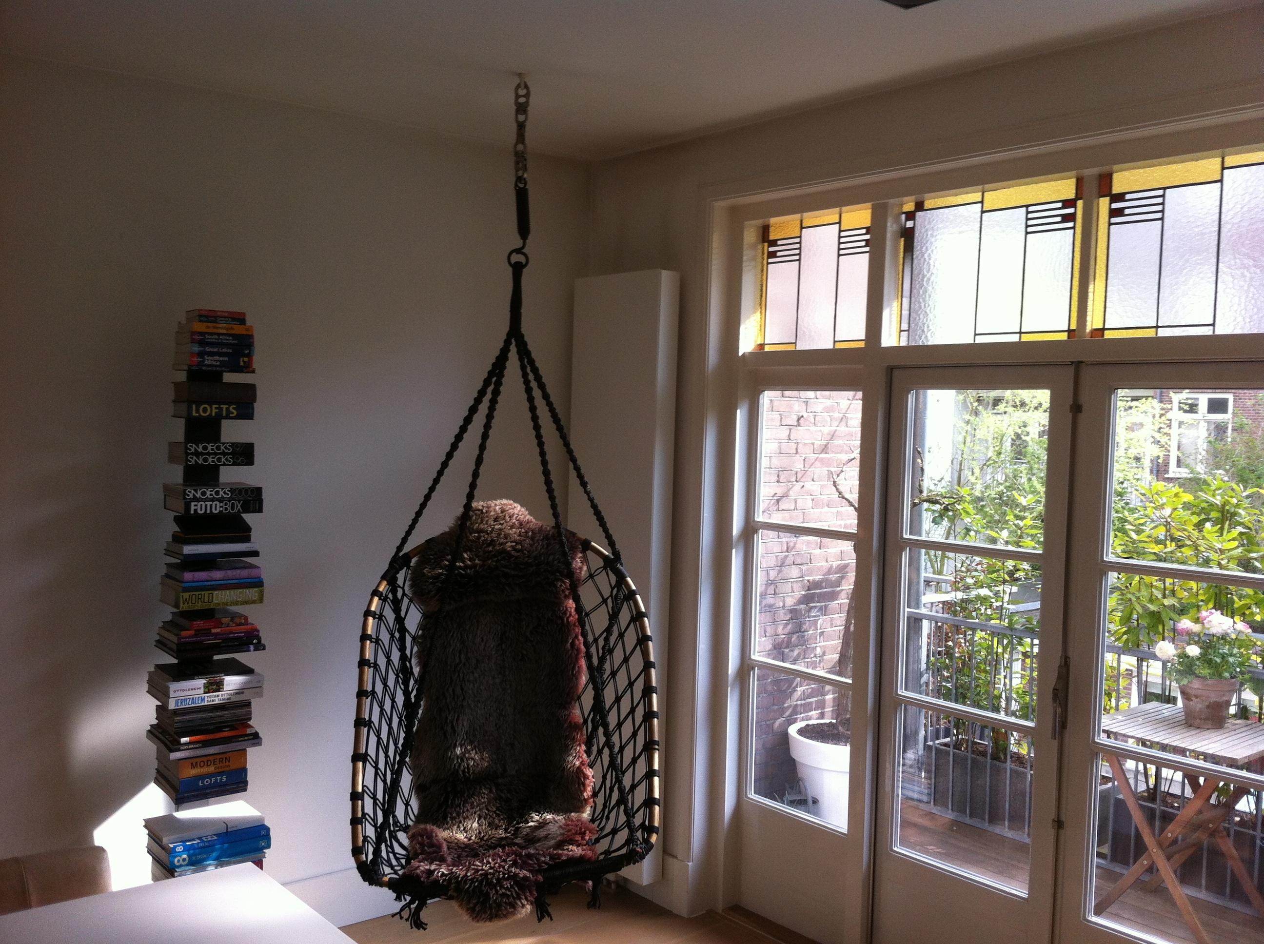 Hangstoel in de woonkamer | voordemakers.nl