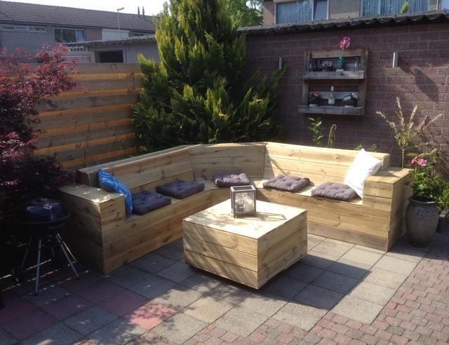 Loungebank en tafel van schuttingplanken for Praxis tuinmeubelen
