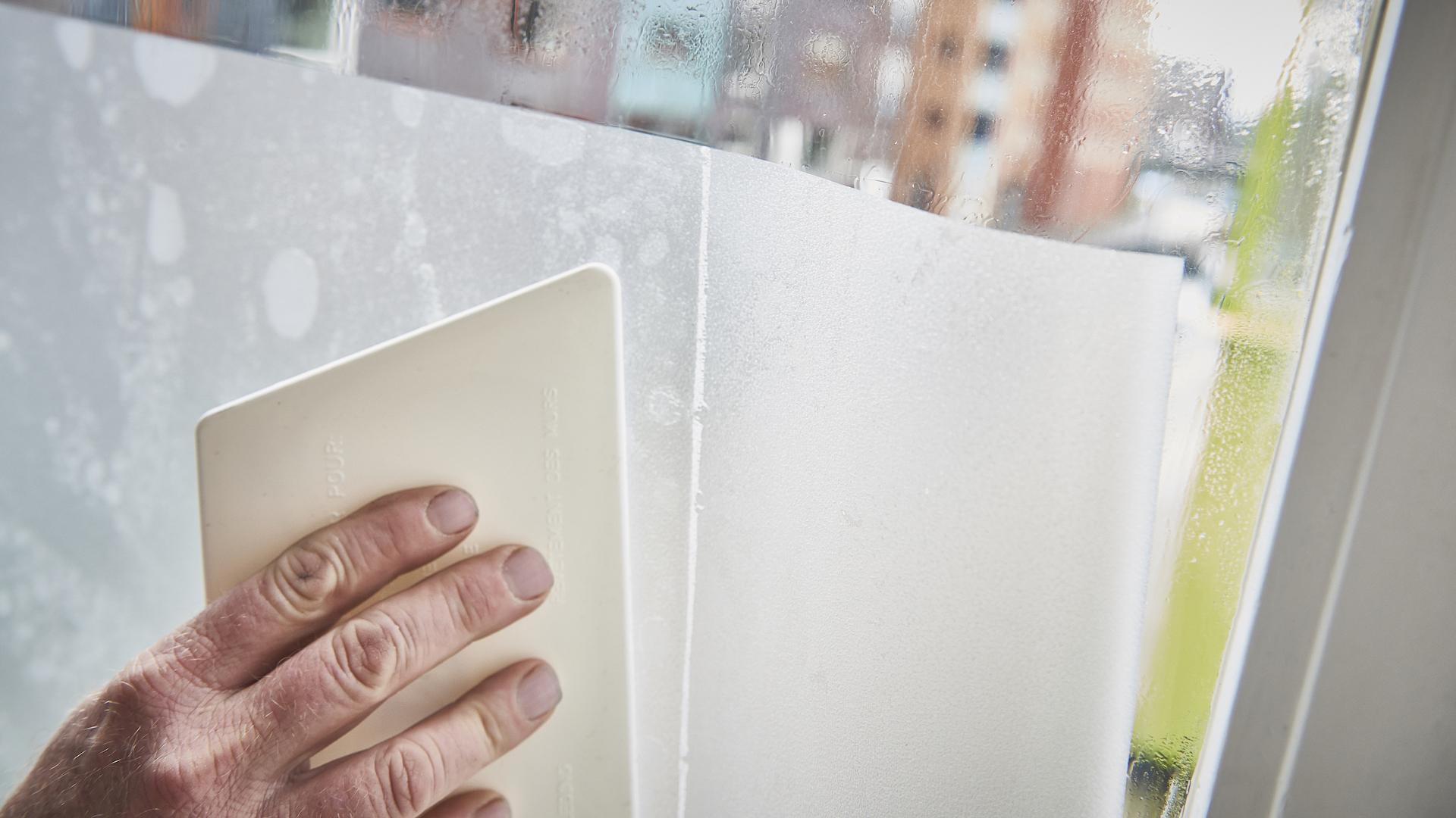 Plakplastic Voor Tegels : Statische raamfolie aanbrengen voordemakers.nl