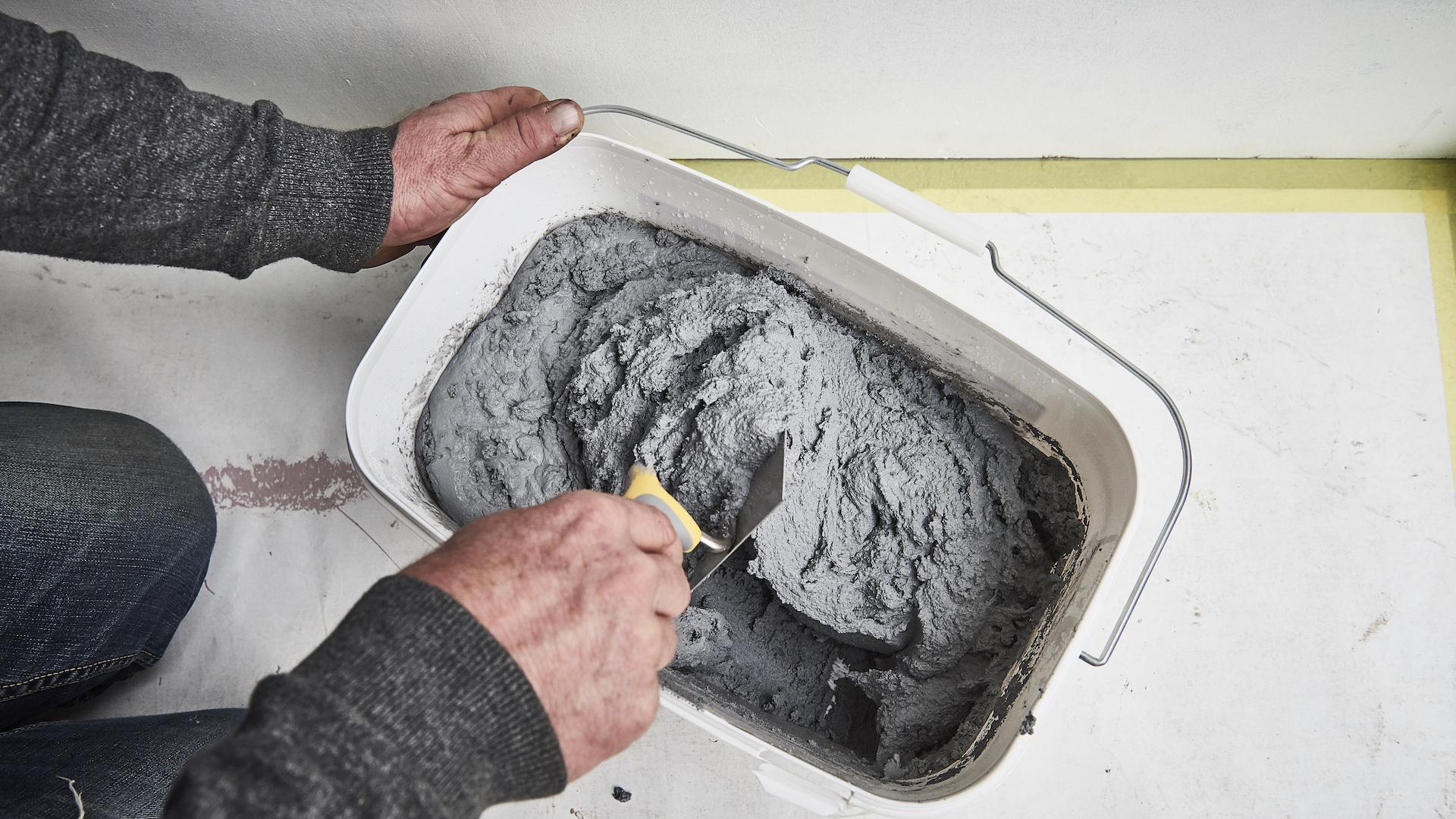 Cement Stucen Badkamer : Muur in betonlook maken voordemakers.nl