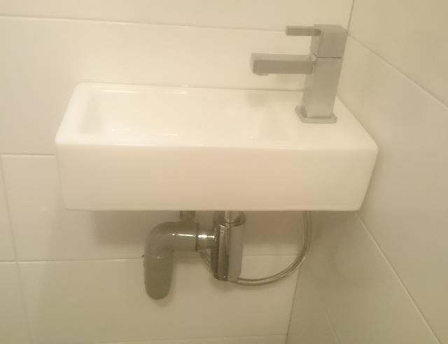 Toilet vernieuwd: zwevend toilet gemaakt en opnieuw betegeld