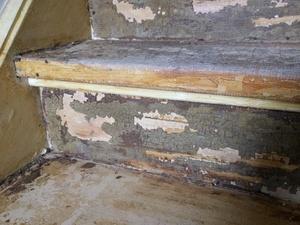 Dikke (lijm)laag van trap verwijderen