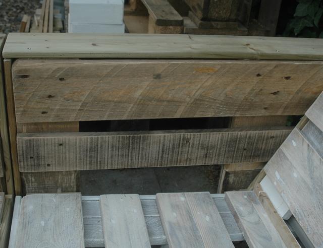 Kussens Pallet Bank : Steigerhoutenschutting met een steigerhouten bank met kussens van