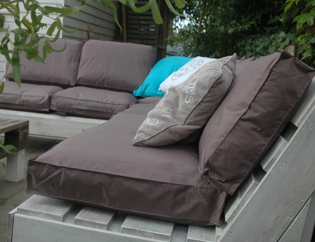 Kussens Pallet Bank : Loungebank van pallets voordemakers