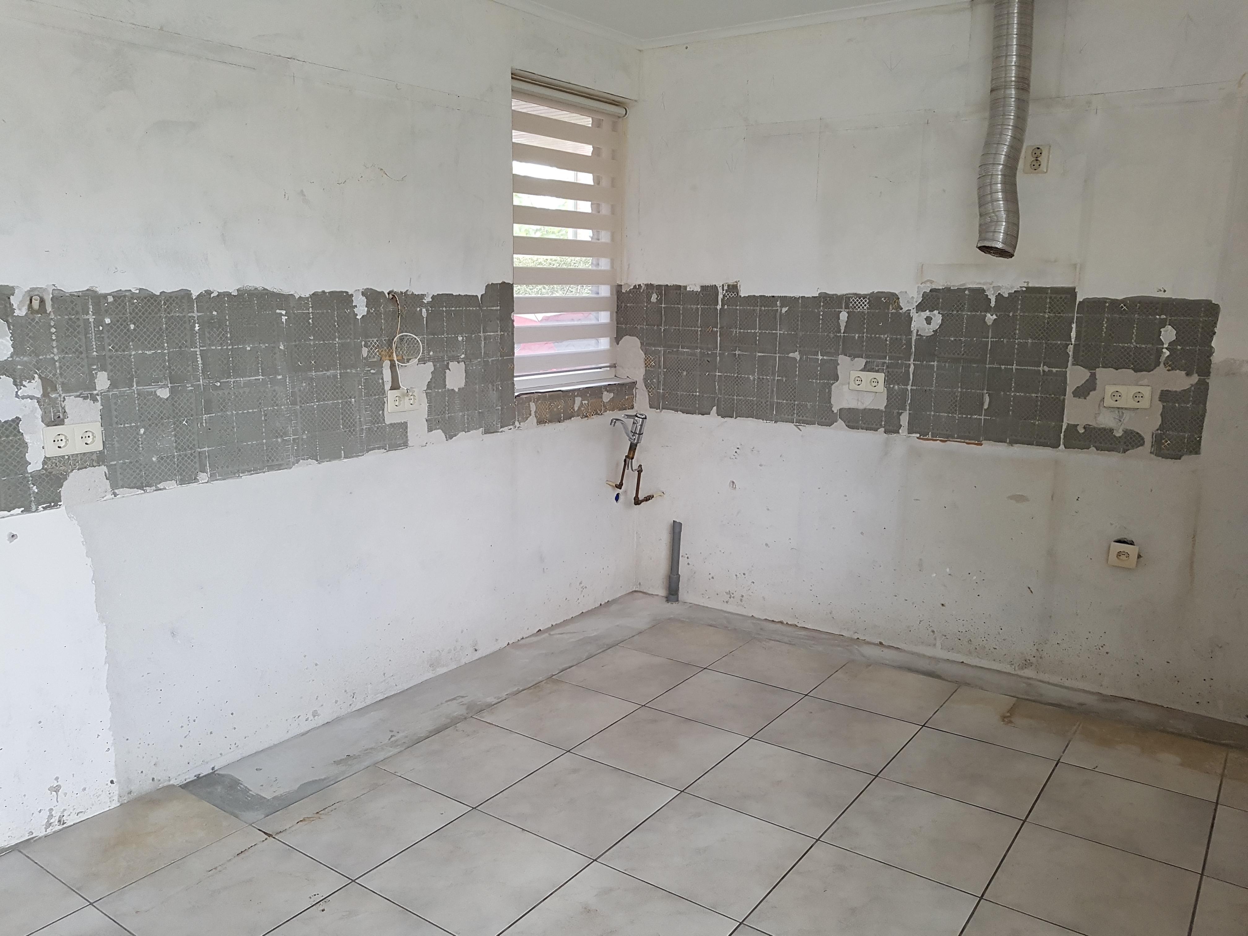 Vaak Tegellijm van de muur verwijderen en gaten in de stuclaag opvullen AE66
