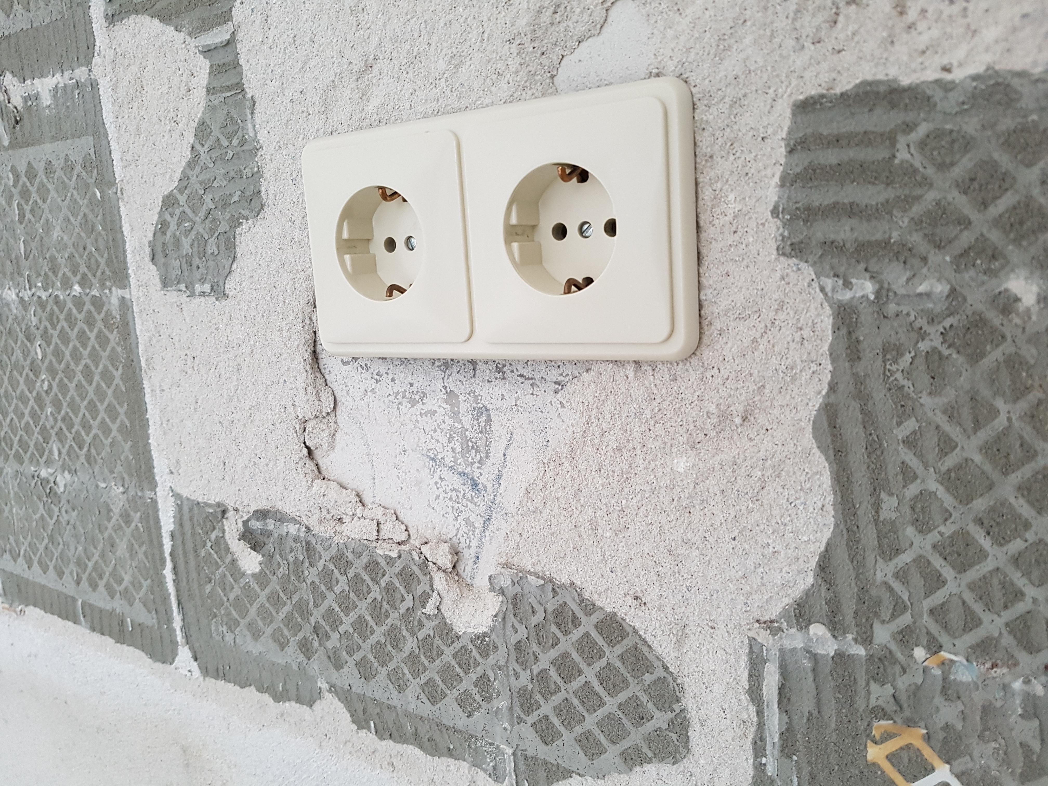 Bekend Tegellijm van de muur verwijderen en gaten in de stuclaag opvullen BM82