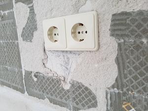 Tegellijm van de muur verwijderen en gaten in de stuclaag opvullen