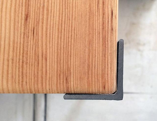 een boekenkast met een industrile look is zo gedaan met 4 stalen hoeklijnen en steigerhout ben je binnen 3 uur een boekenkast rijker