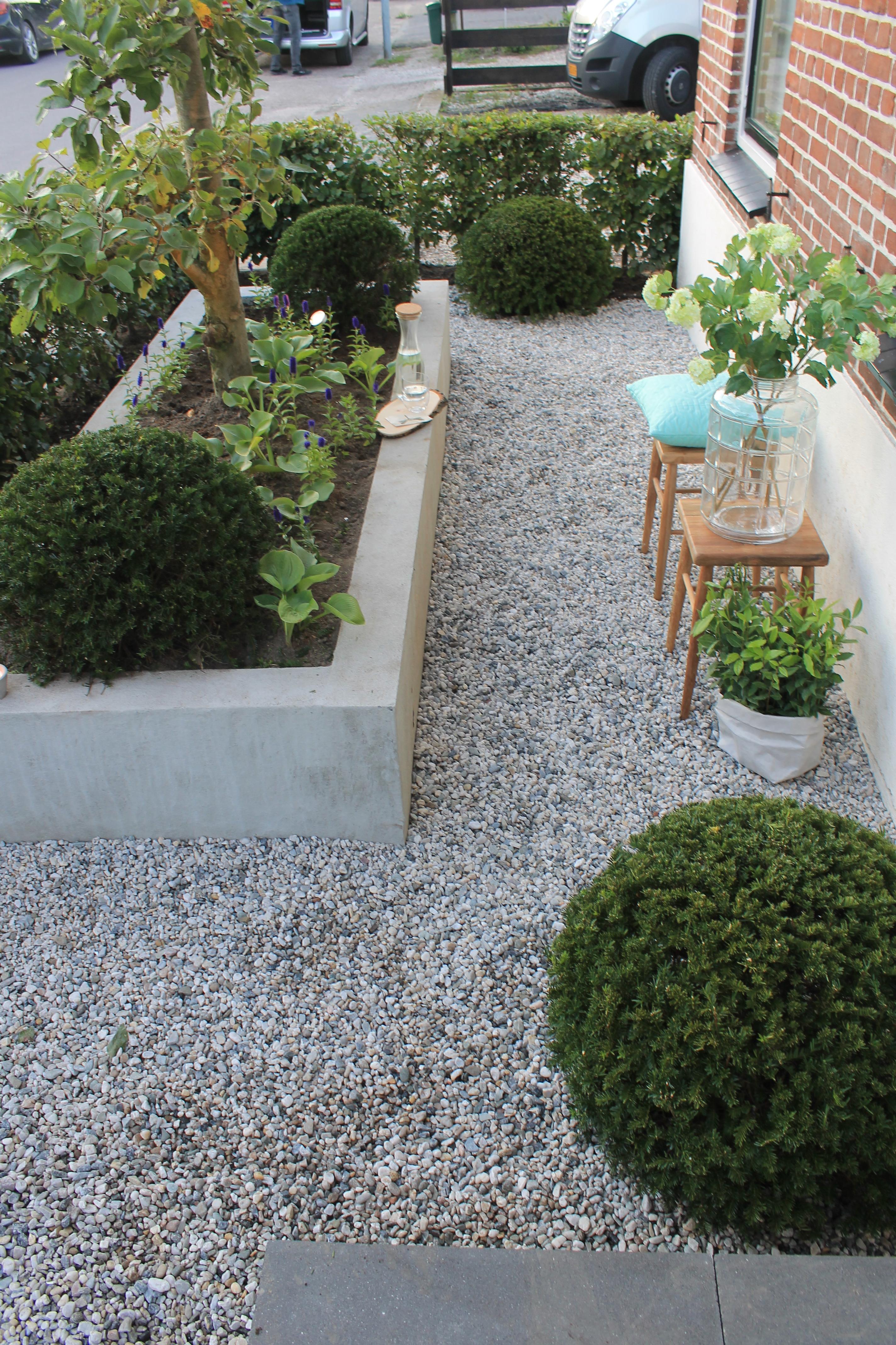 Smeer de binnenkant van de plantenbak en de fundering in met de bitumen coating met een blokkwast