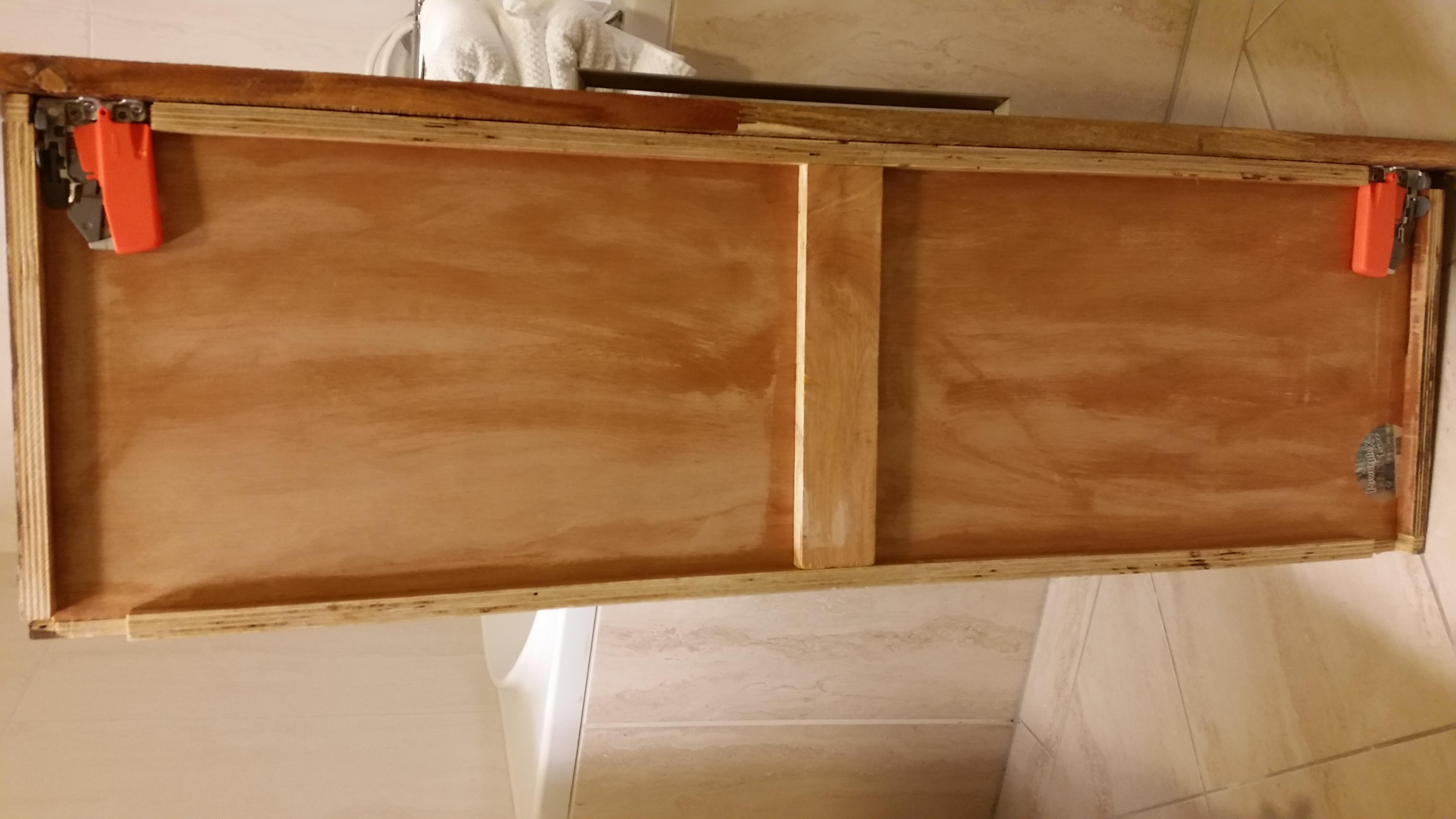 ruimtebesparend badmeubel van vintage hardhout panelen