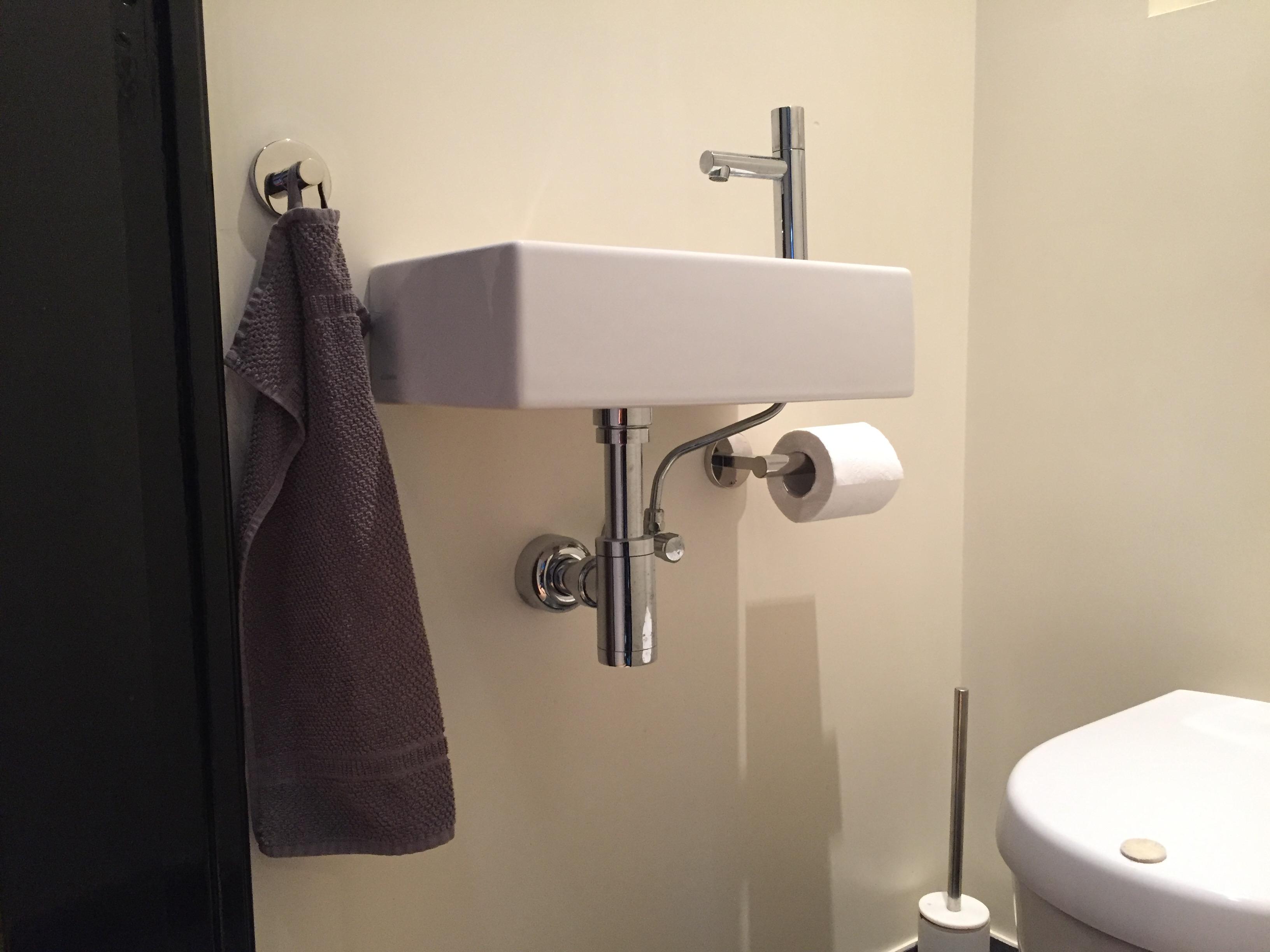 Toiletrolhouder ophangen | voordemakers.nl